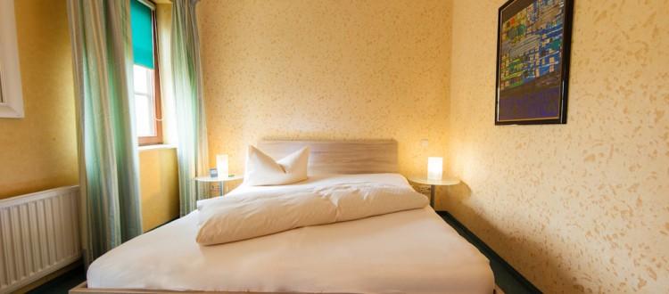 Einzelzimmer mit großem Bett
