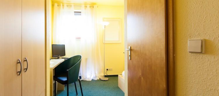 Doppelzimmer mit Arbeitstisch